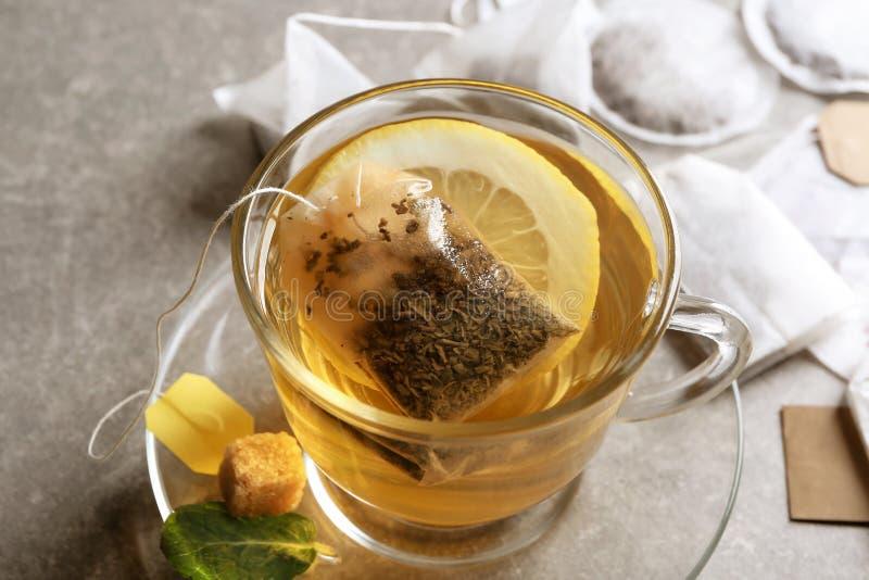 Brassage du thé chaud dans la tasse en verre sur la table photographie stock