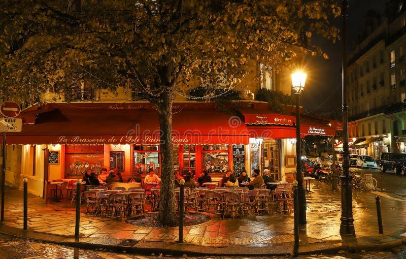 """Brasserie de l célèbre """"Ile St Louis a localisé la cathédrale Paris, France de Notre Dame de ner photos stock"""