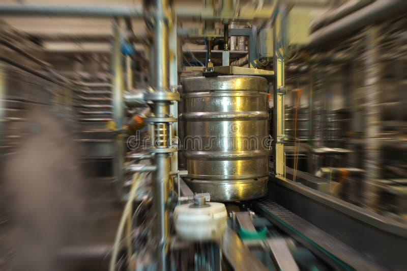 Brasserie remplissante de bière de baril photographie stock