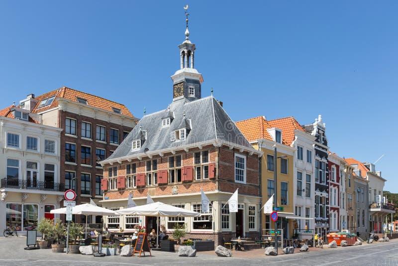 Brasserie som lokaliseras i gammal holländsk medeltida byggnad, Vlissingen, Nederländerna royaltyfri bild