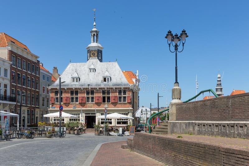 Brasserie som lokaliseras i gammal holländsk medeltida byggnad, Vlissingen, Nederländerna royaltyfri fotografi