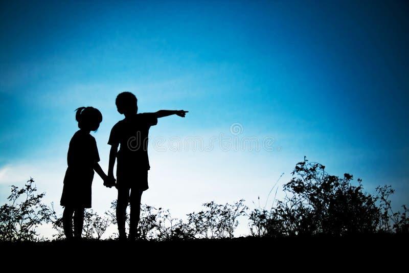 Brat dotyka jego siostry patrzeć przyszłość Silhoutte conce fotografia stock