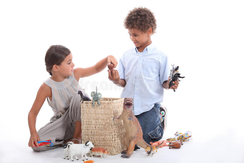 Brat i siostra bawić się z zabawką fotografia royalty free