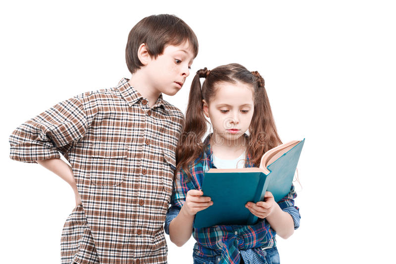 Brat i siostra pozuje z książką obrazy royalty free