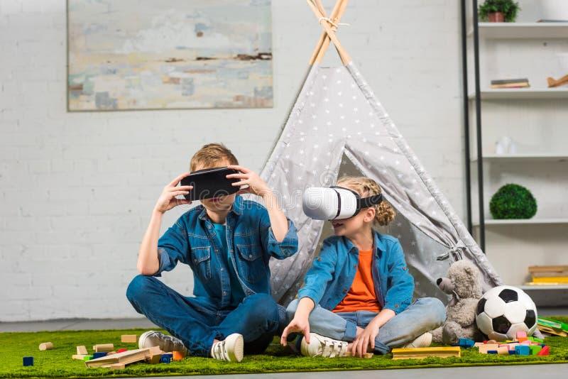 brat i siostra używa rzeczywistość wirtualna słuchawki zbliżamy wigwam obraz stock
