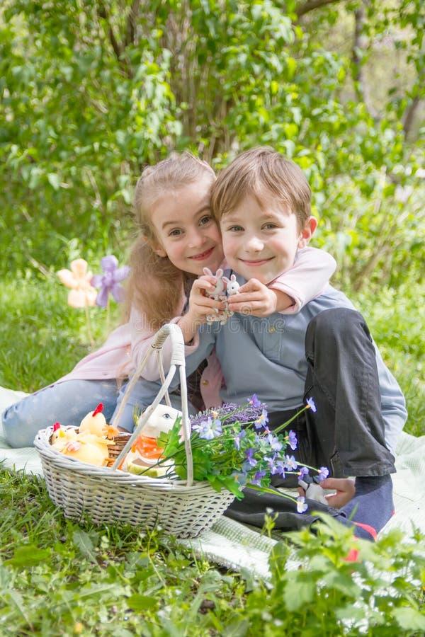 Brat i siostra z Easter wystrojem zdjęcie royalty free