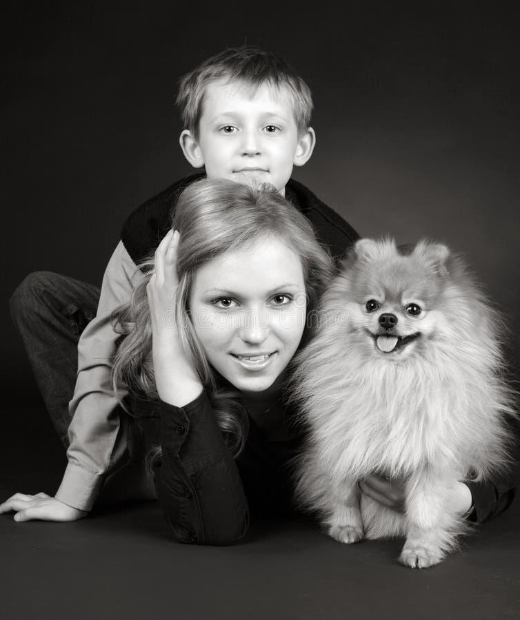 Brat i siostra z psem zdjęcie stock