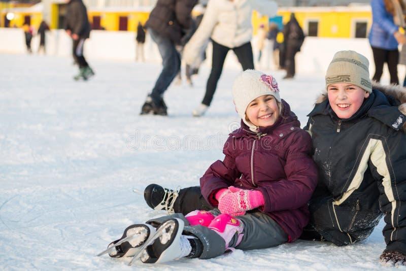 Brat jeździć na łyżwach i siostra wpólnie spadaliśmy podczas gdy fotografia royalty free