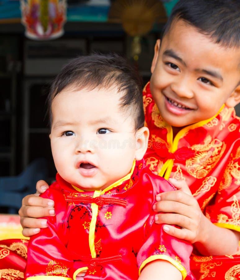 Brat jest ubranym czerwone koszula obraz royalty free