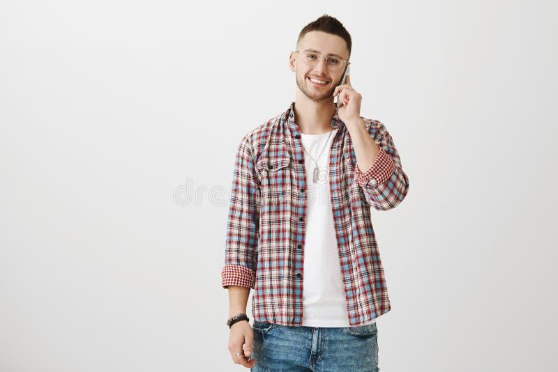 Brat zostaje w kontakcie z rodzinny parzysty, równy przy inną częścią świat Portret atrakcyjny miły mężczyzna w modnym eyewear obrazy stock