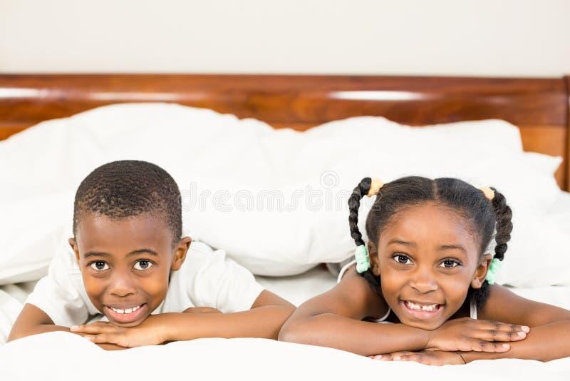 Brata i siostry lying on the beach w łóżku zdjęcie royalty free
