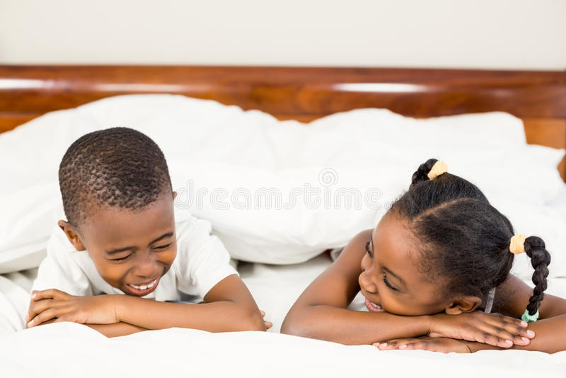 Brata i siostry lying on the beach w łóżku obraz royalty free