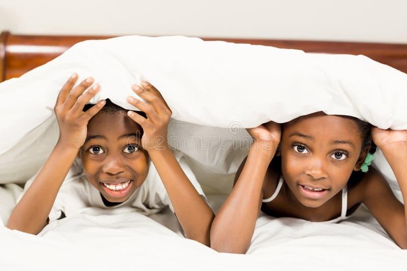 Brata i siostry lying on the beach w łóżku zdjęcie stock