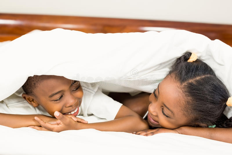 Brata i siostry lying on the beach w łóżku fotografia royalty free