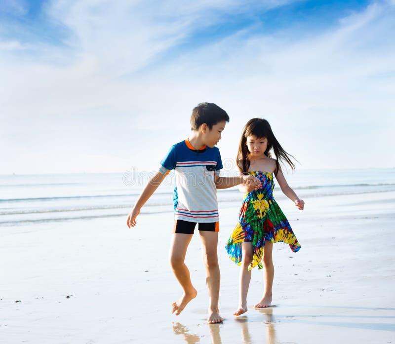 Brata mienia ręki siostrzany spacer na plaży obrazy royalty free