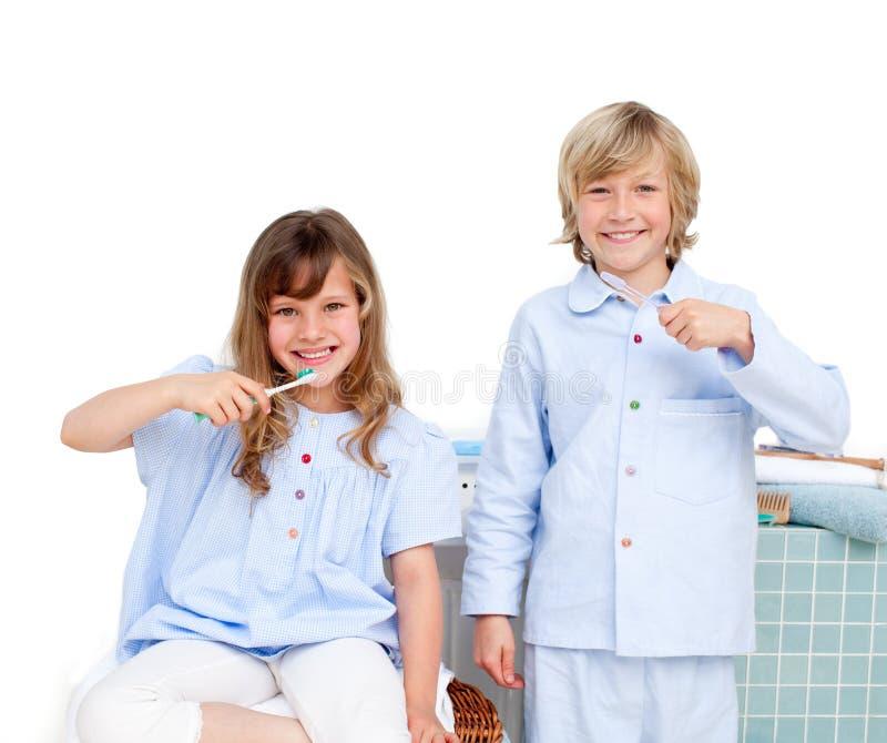 Download Brata Target156_0_ Siter Uśmiechnięci Zęby Ich Obraz Stock - Obraz złożonej z łazienka, cleaning: 13341777