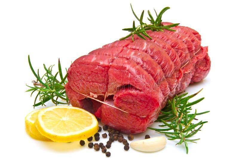 Braten des Rindfleisches mit Rosmarin auf Weiß lizenzfreies stockbild