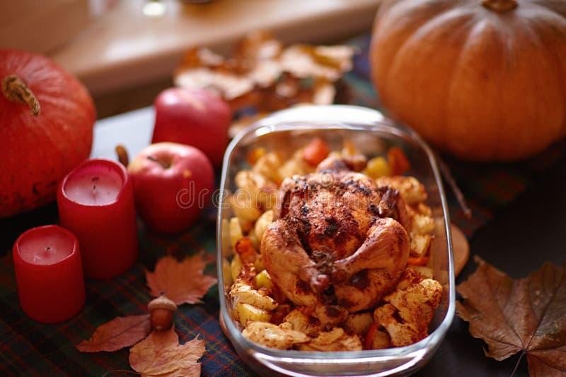 Braten die Türkei mit Gemüse- und Weinglas Danksagungstabelle diente mit dem Truthahn, verziert mit hellem Herbstlaub lizenzfreies stockfoto