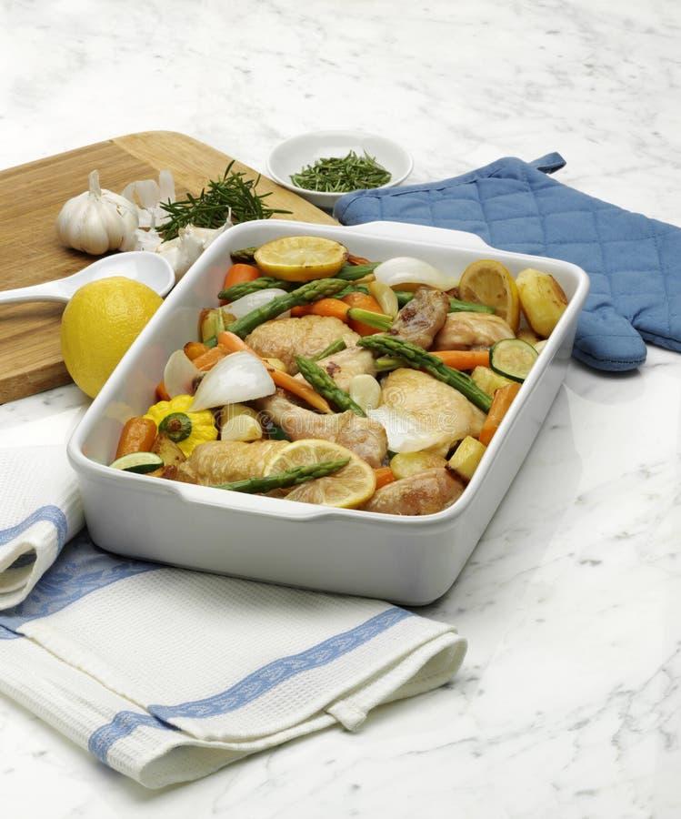 Braten-Huhn und Gemüse stockbilder
