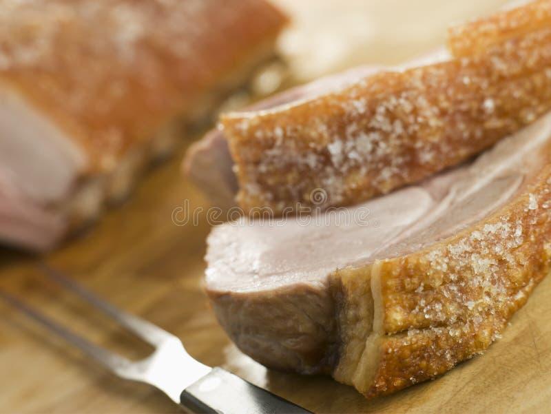 Braten-Lende von Schweinefleisch mit knusperigem Knistern lizenzfreies stockbild