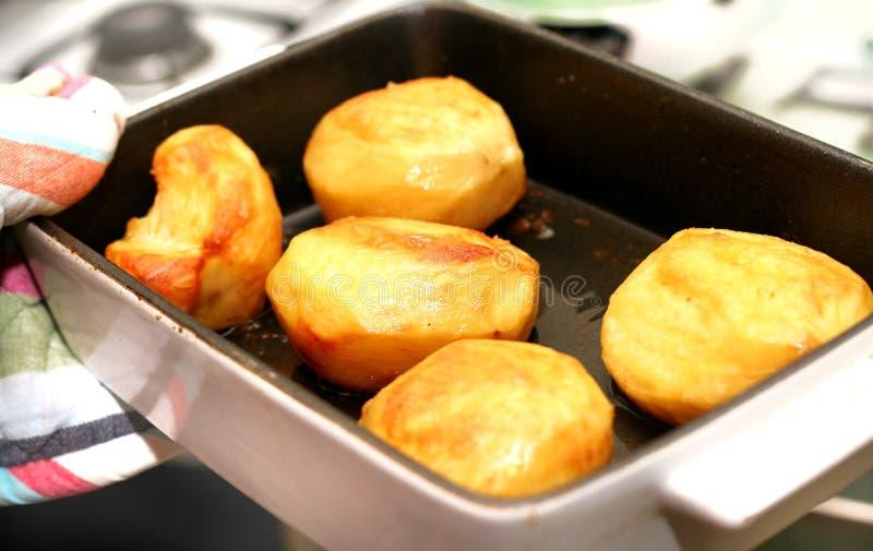 Braten Sie die Kartoffeln, die vom Ofen frisch sind. lizenzfreies stockbild