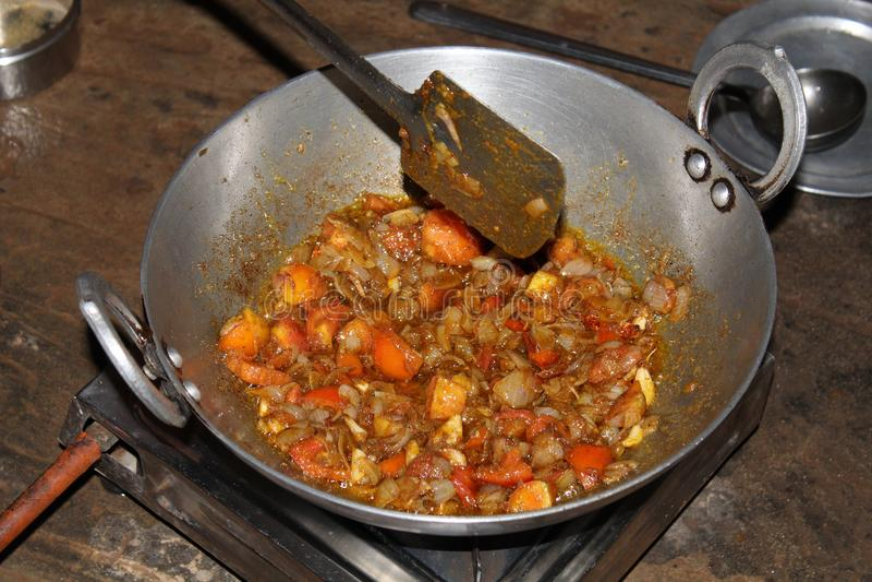 Braten von Masala im Kadahi-indischen Kochen stockfoto