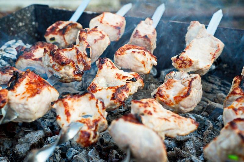 Bratenfleisch auf Aufsteckspindeln auf offenem Feuer stockfotografie