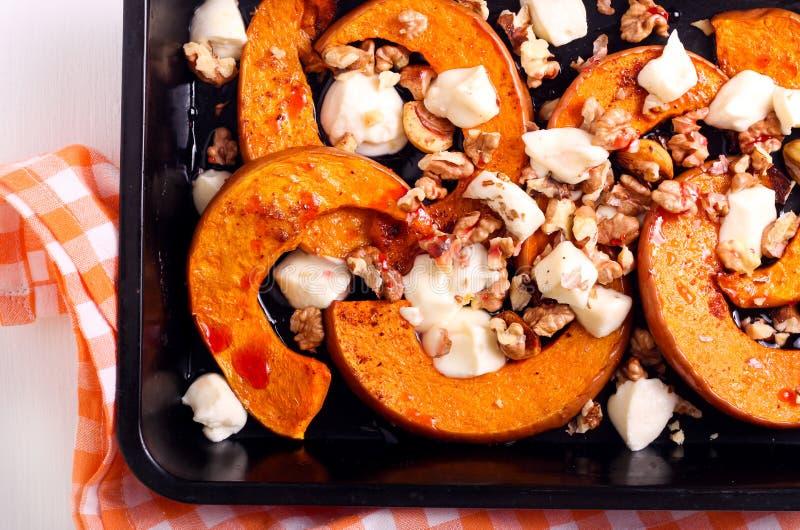 Bratenkürbis mit Mozzarella und Nüssen stockfoto