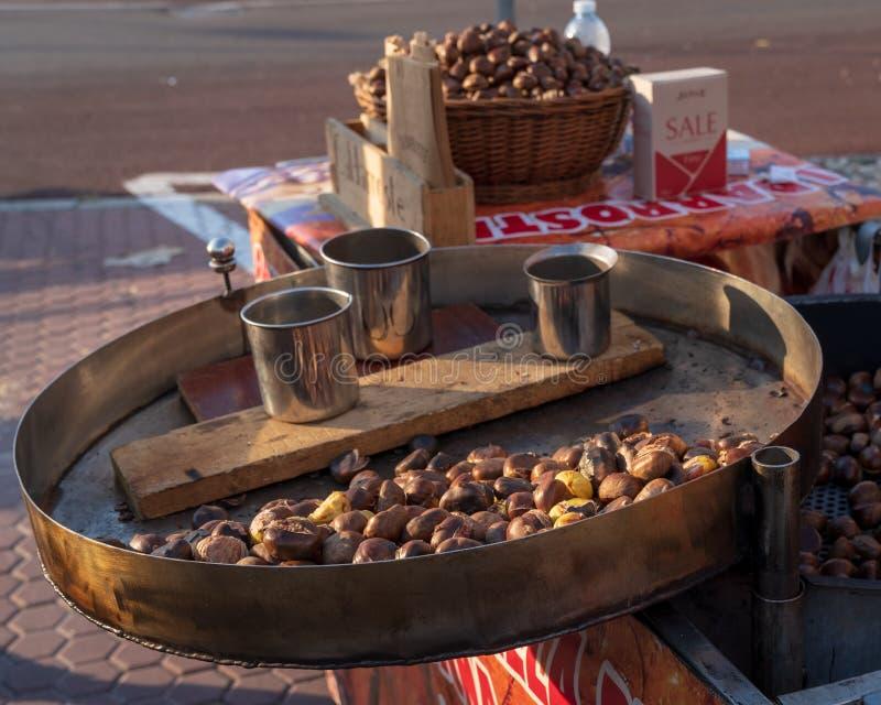 Bratenkastanien gekocht über dem glühenden Grill stockfotos