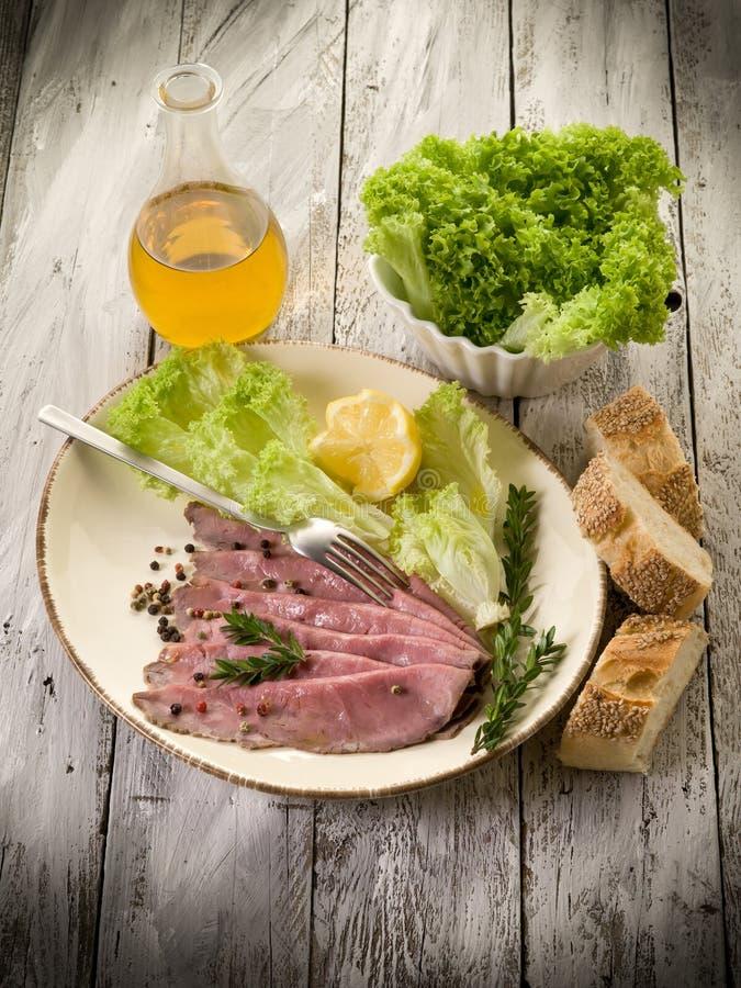 Bratenrindfleisch mit Salat lizenzfreies stockfoto