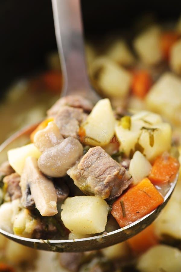 Bratenrindfleisch und -kartoffeln stockfotografie