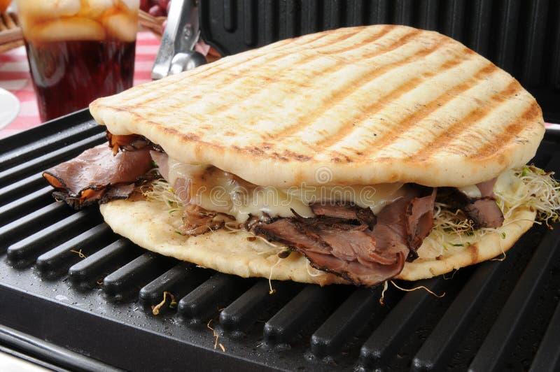Bratenrindfleischsandwich auf einer panini Presse stockfoto