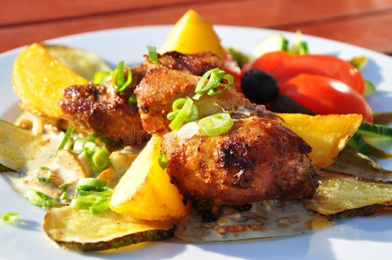 Bratenschweinefleisch mit Gemüse und Kartoffeln stockfotografie