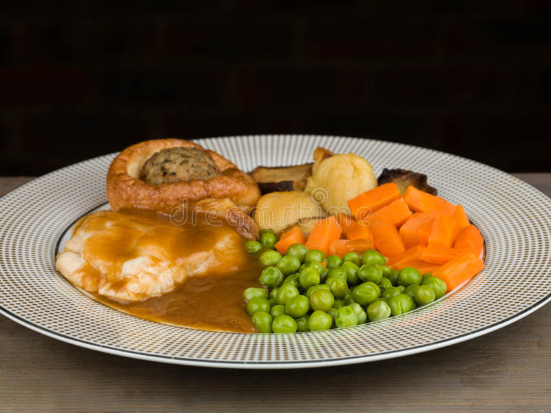 Brathähnchen-Mahlzeit mit Yorkshire-Pudding und Anfüllen lizenzfreies stockfoto