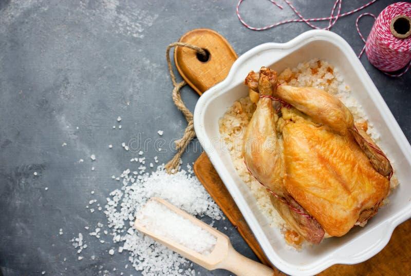 Brathähnchen mit der knusperigen Haut gebacken auf Salz stockfoto