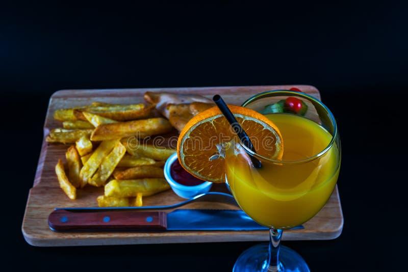 Brathähnchenbrust mit Chips, Salat mit Tomaten und cucumbe lizenzfreie stockbilder