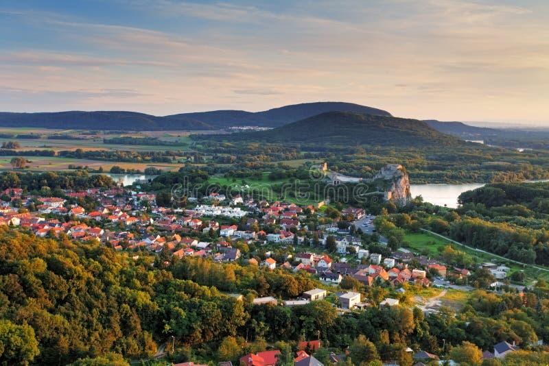 Bratilava con el pueblo Devin - Eslovaquia imágenes de archivo libres de regalías