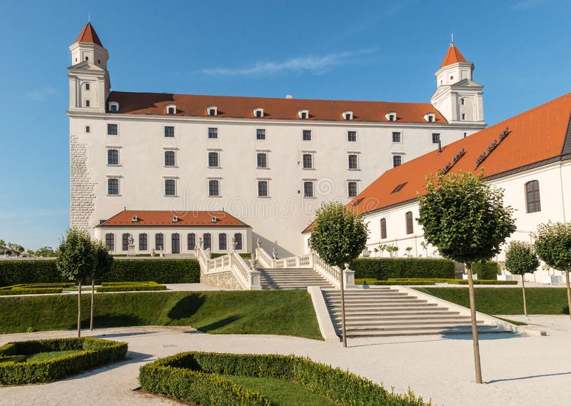 Bratislav Castle με τον μπαρόκ κήπο, Μπρατισλάβα, Σλοβακία στοκ φωτογραφίες με δικαίωμα ελεύθερης χρήσης
