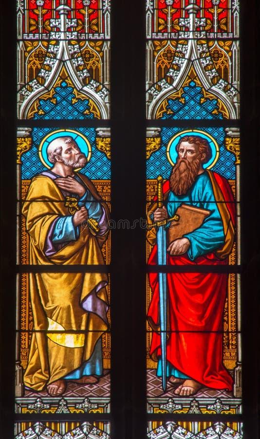 Bratislava - apóstolo Peter e Paul no windowpane na catedral de St Martin. fotos de stock