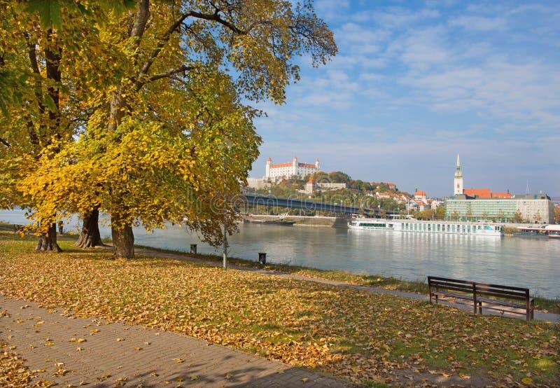 Bratislava - BRATISLAVA, SLOVACCHIA, OTTOBRE - 27, 2016: Il lungomare in autunno immagini stock