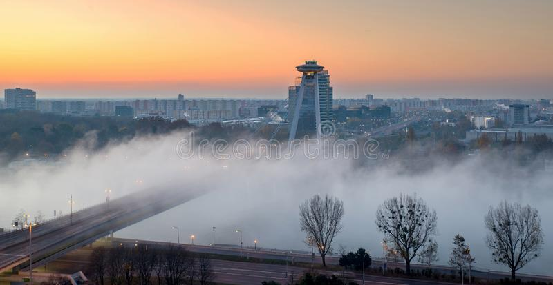 Bratislava con el río Danubio durante salida del sol con niebla sobre el río imagen de archivo