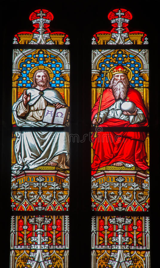 Bratislava - Cristo y dios el padre en cristal en la catedral de San Martín. fotografía de archivo
