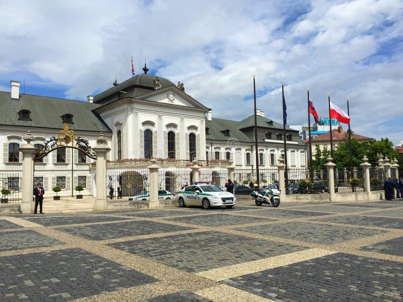 Bratislava - cuadrado del edificio del gobierno imagenes de archivo