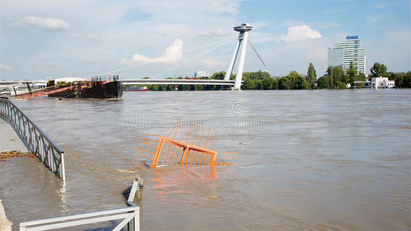 Bratislava - Danube à la haute inondation par la plus haute eau mesurée et le pont de SNP images libres de droits