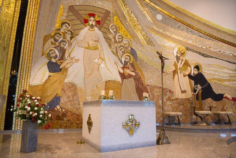 Bratislava - das Mosaik mit dem wieder belebten Christus unter den Aposteln in der Mitte in Heilig-Sebastian-Kathedrale stockfotos