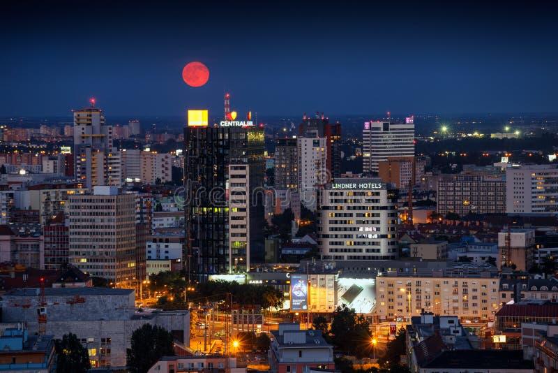 Bratislava de nuit avec la lune photos stock