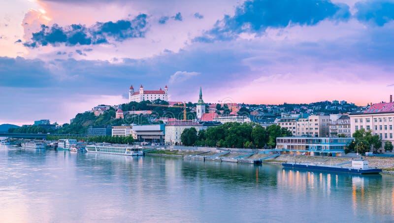Bratislava Dunaj flodstrand med slotten i bakgrunden arkivfoton
