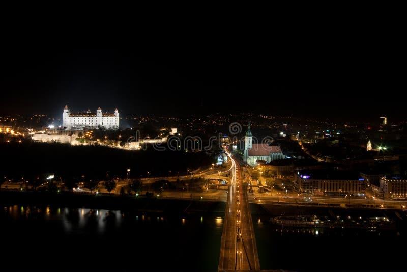 Bratislava en la noche imagenes de archivo