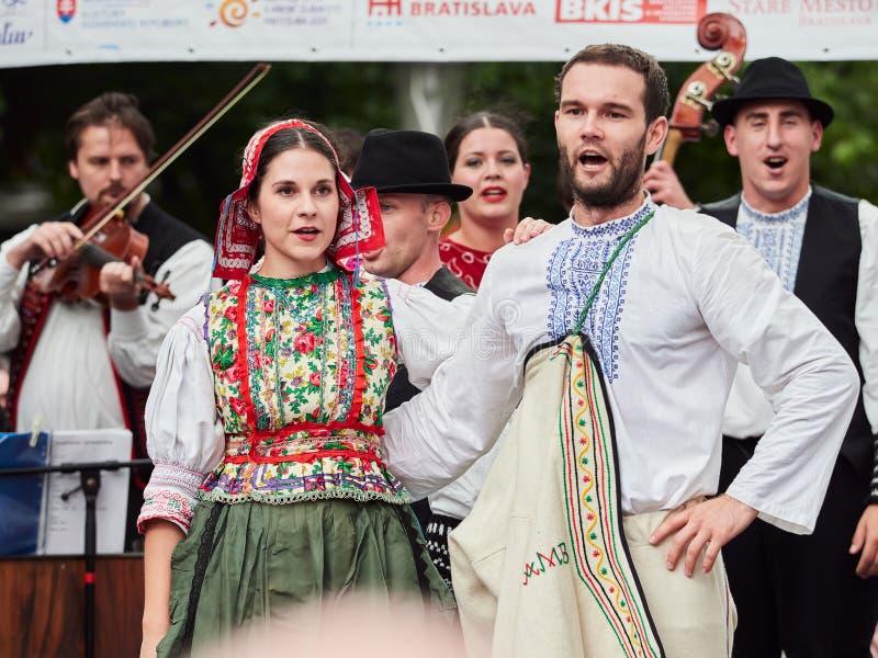BRATISLAVA, ESLOVÁQUIA - 1º DE SETEMBRO DE 2017 Dançarinos que dançam na roupa eslovaca tradicional em Bratislava, Eslováquia foto de stock