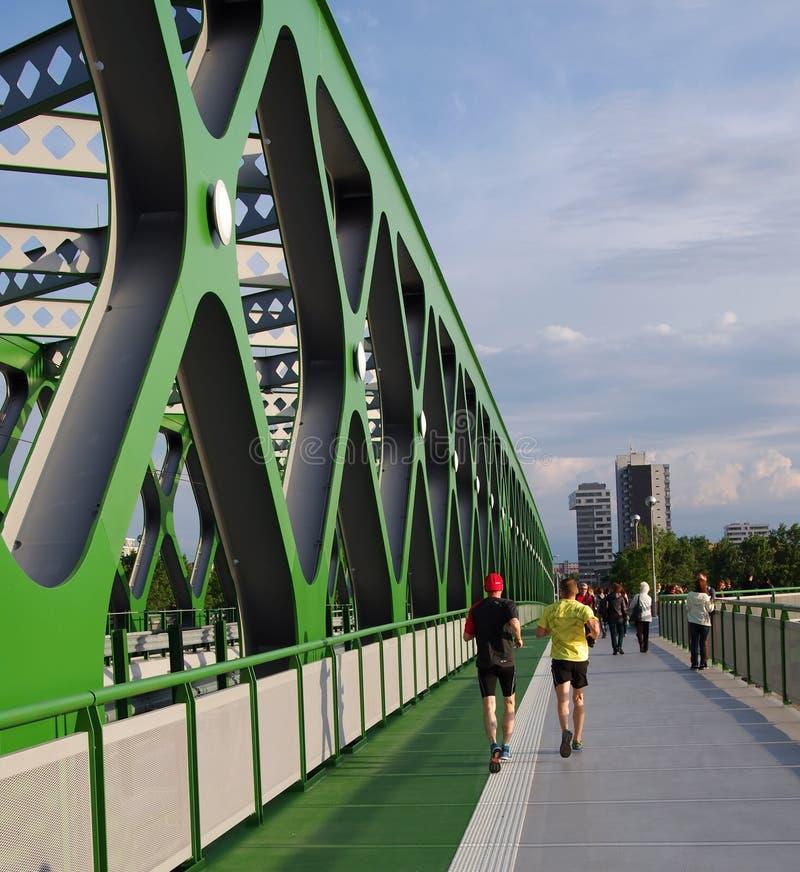 BRATISLAVA, ESLOVÁQUIA - 20 DE MAIO DE 2016: Vista da ponte velha nova de Bratislava (Stary mais) imagem de stock